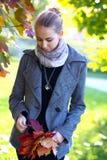 Belle jeune fille en stationnement d'automne Photo libre de droits
