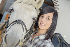 Belle jeune fille et cheval blanc Images stock