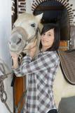 Belle jeune fille et cheval blanc Image stock