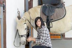 Belle jeune fille et cheval blanc Photos stock