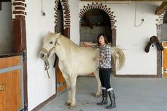 Belle jeune fille et cheval blanc Photo libre de droits