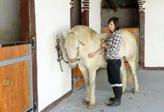 Belle jeune fille et cheval blanc Photographie stock libre de droits