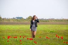 Belle jeune fille féerique dans un domaine parmi les fleurs de la tulipe Photo libre de droits