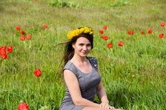 Belle jeune fille féerique dans un domaine parmi les fleurs de la tulipe Photos stock