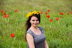 Belle jeune fille féerique dans un domaine parmi les fleurs de la tulipe Photographie stock libre de droits