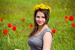 Belle jeune fille féerique dans un domaine parmi les fleurs de la tulipe Photos libres de droits