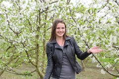 Belle jeune fille féerique dans un jardin fleurissant de prune Portrait d'une fille sur un fond de fleurs blanches Images stock