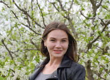 Belle jeune fille féerique dans un jardin fleurissant de prune Portrait d'une fille sur un fond de fleurs blanches Photographie stock