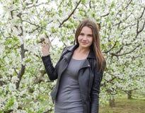 Belle jeune fille féerique dans un jardin fleurissant de prune Portrait d'une fille sur un fond de fleurs blanches Photo stock