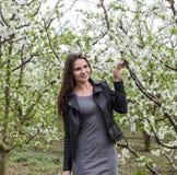 Belle jeune fille féerique dans un jardin fleurissant de prune Portrait d'une fille sur un fond de fleurs blanches Photographie stock libre de droits