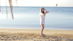 Belle jeune fille faisant le selfie sur le fond de mer HD banque de vidéos