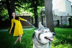 Belle jeune fille, fonctionnement, sourire et insouciant, dans l'hydromel Photographie stock libre de droits