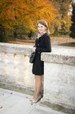 Belle jeune fille heureuse en stationnement d'automne Images libres de droits