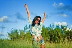 Belle jeune fille hispanique sur le champ d'herbe photos stock
