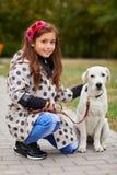 Belle jeune fille jouant avec le chien dehors Concept d'animal familier Images libres de droits