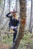 Belle jeune fille marchant dans la forêt d'automne Images stock