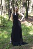 Belle jeune fille marchant dans une forêt de féerie Photos libres de droits