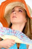 Belle jeune fille ondulant un ventilateur Photographie stock libre de droits