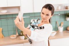 Belle jeune fille posant avec un robot de rhinocéros dans une belle cuisine moderne Photo libre de droits
