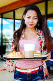 Belle jeune fille prenant la pause de midi en café d'extérieur au jour d'été Image libre de droits