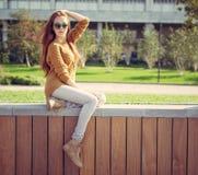 Belle jeune fille reposant en parc sur des whis chauds d'un jour d'été un sac photos stock
