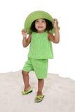 Belle jeune fille restant dans le sable Image libre de droits
