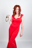 Belle jeune fille rousse mince sexy talons hauts rouges en soie furtifs de port d'une robe, dans l'intoxication alcoolique Image stock