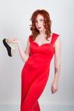 Belle jeune fille rousse mince sexy talons hauts rouges en soie furtifs de port d'une robe, dans l'intoxication alcoolique Images libres de droits