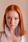 Belle jeune fille sérieuse avec le cheveu rouge Image stock