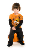 Belle jeune fille s'asseyant sur le potiron Photographie stock libre de droits