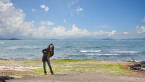 Belle jeune fille se tenant avant océan Photo libre de droits