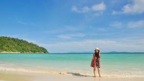 Belle jeune fille se tenant sur la plage tropicale Photo libre de droits