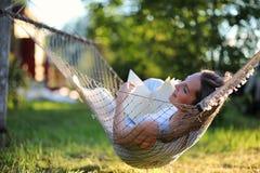 Belle jeune fille se trouvant et lisant un livre photographie stock libre de droits