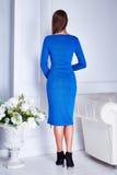 Belle jeune fille sexy de brune avec la robe bleue de longs cheveux Photos stock