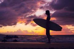 Belle jeune fille sexy de surfer dans le bikini sur la plage au sunse Photo libre de droits
