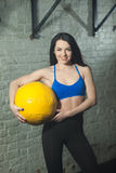 Belle jeune fille sportive avec la boule Images stock