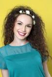 Belle jeune fille sur le fond jaune images libres de droits