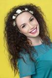 Belle jeune fille sur le fond jaune photos stock