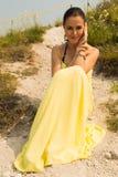 Belle jeune fille sur une promenade en parc photos libres de droits