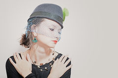 Belle jeune fille utilisant un chapeau avec un voile Image libre de droits