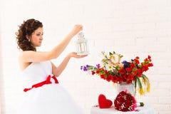Belle jeune jeune mariée avec la lanterne Photo libre de droits