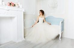 Belle jeune jeune mariée dans la robe de mariage de vintage Image libre de droits