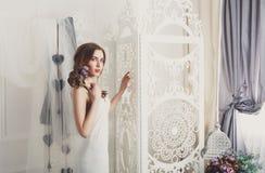 Belle jeune jeune mariée dans la robe de mariage de vintage Photo stock