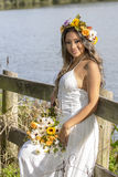 Belle jeune jeune mariée dans un arrangement de pays Image stock