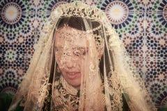 Belle jeune jeune mariée dans un vêtement de Marocain de traditionall