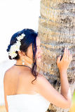 Belle jeune jeune mariée dans une robe de mariage blanche avec le bouquet dans h Photo stock