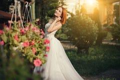 Belle jeune jeune mariée posant en parc photo stock