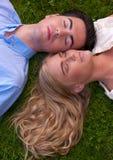Belle jeune joue de couples à la joue dans l'herbe Photos libres de droits