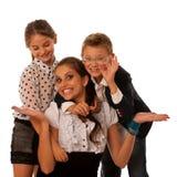 Belle jeune mère avec la fille et le fils d'isolement au-dessus du petit morceau Photos libres de droits