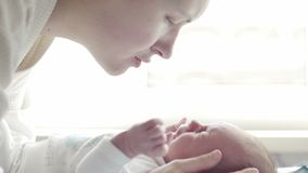 Belle jeune mère avec le bébé pleurant banque de vidéos